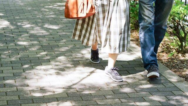 手をつないで歩く男女