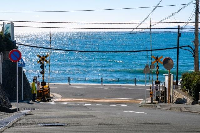 海岸沿いの踏切