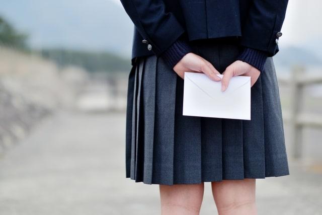 手紙を持っている女子高生