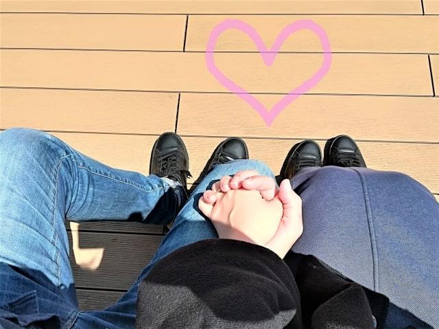 手をつないでいるカップルの画像