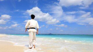 海辺で歩く柔道家