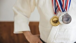 メダルを首にかけた柔道選手