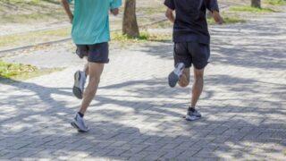 ジョギングをしている男性たち