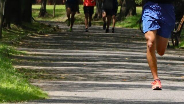 マラソンを走っている選手たち