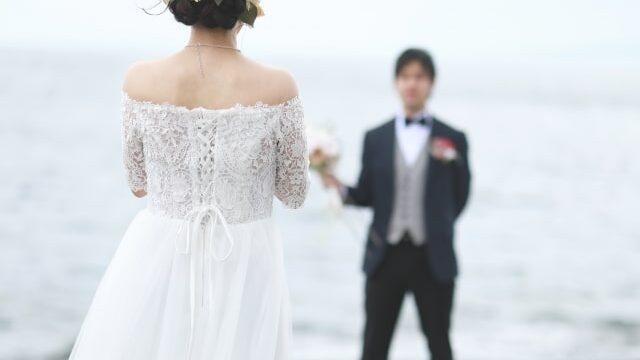 海辺で結婚式を挙げる男女